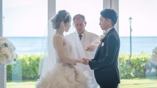 dc3d30aca59db ハワイの結婚式. 神父さんのもとでの、ふたりだけの挙式 ...
