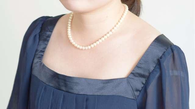 48a6e3a4569f1 冠婚葬祭に一つあると重宝するパールネックレス。 結婚式においても最もスタンダードなアクセサリーのようです。 ただ、ドレスが黒のシンプルなもので、白のパール  ...