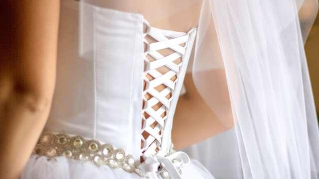 結婚式当日にドレスがずり落ちてしまったという女性に多いのが、最終の試着から痩せてサイズが変わってしまったということ。