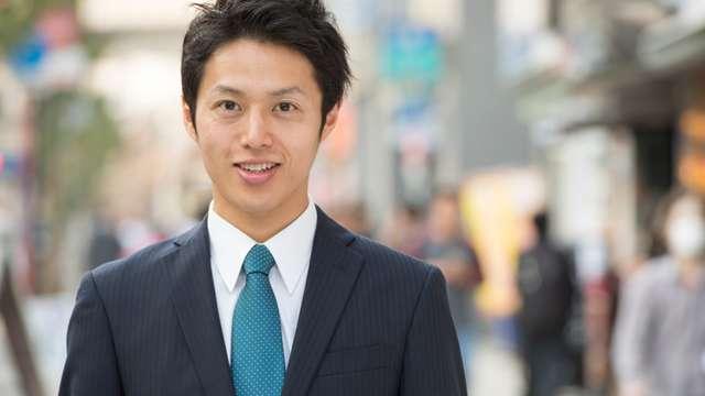 男性が友人や同僚として結婚式に参加する場合、黒や紺、グレーなどの略礼服での出席が基本。 普段仕事で着ているくたびれたスーツや、リクルートスーツはふさわしく