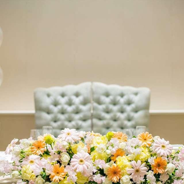 優しい色味の装花やクロスが素敵なマリンテイストの会場装飾