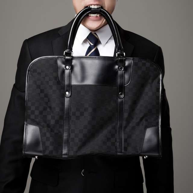 78de55ef88adc 結婚式で鞄を持っていく男性は少ないようですが、仕事で使っているような大きなバッグはカジュアルなので結婚式にはふさわしくありません。