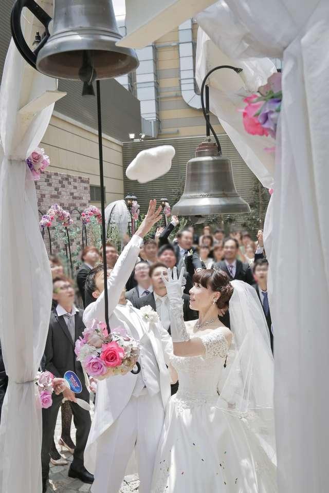 結婚式のブーケトス