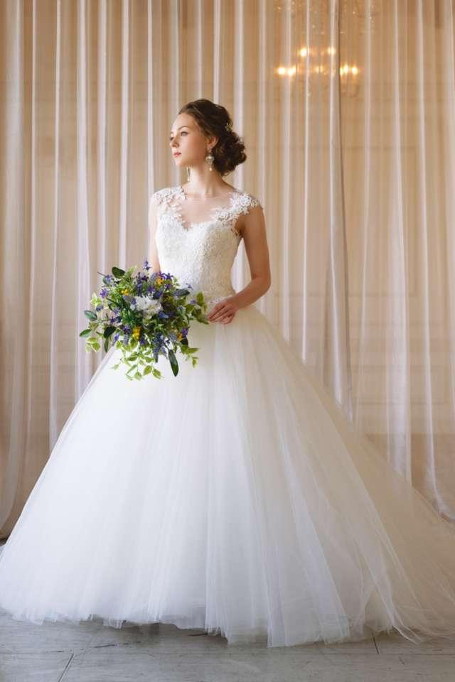 b50786a00c594 シースルーのレースがキレイなチュールのウェディングドレス♡ フレンチスリーブと呼ばれるこのドレス は、肩の丸みが気になる方や肩幅の狭い方にオススメのデザイン♪