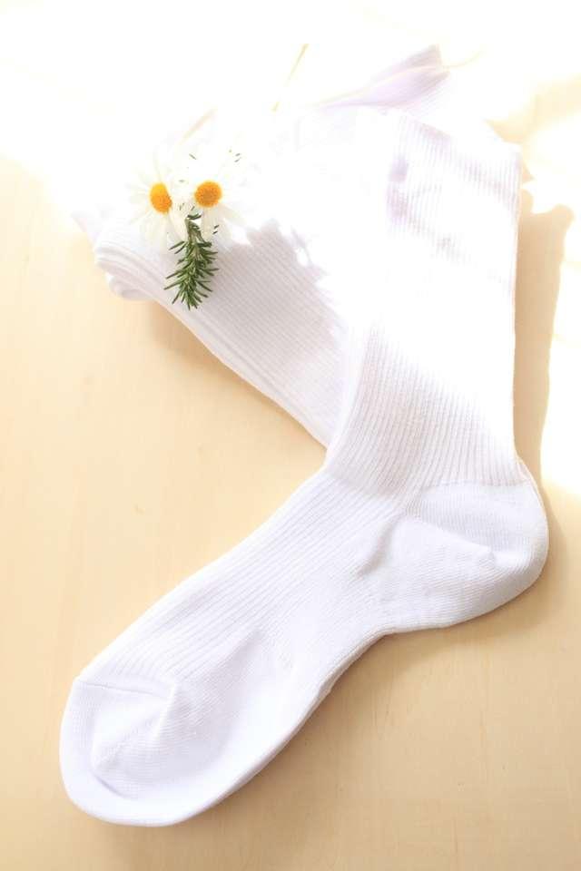 4fae58caaf925 結婚式で着るダークスーツに合わせるのは黒の靴下が基本。 白い靴下はカッコ悪く見えますし、マナー違反となりますので避けましょう。