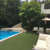 中庭のプールと緑の雰囲気がすてき。