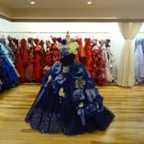 色別に並んだドレス