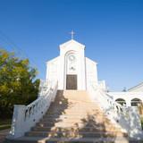 白を基調とした教会
