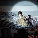 階段の踊り場で落ち合い薔薇を渡す演出