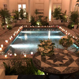 中庭の雰囲気です。夜のプールも綺麗です。