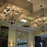 天井が高く、豪華なシャンデリアがある