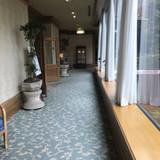 玄関のある棟から披露宴会場の棟へ続く廊下