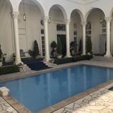 開放感溢れるプール邸宅