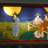 館内にある和風の組み細工の壁