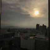ホテルの部屋で見た朝日です。