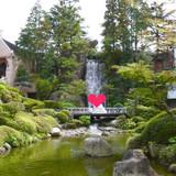 式場にはいると滝が一番に目に入ります。