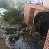 ガーデンに水車があり水が流れる!