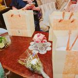 引き出物袋とゲストへの花束