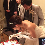 結婚証明書のケーキに署名