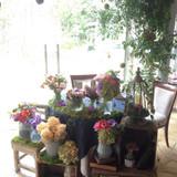 アンティークな会場に合わせた装花