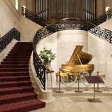 挙式場。階段とピアノが素敵。