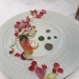 食用花で鮮やかな前菜