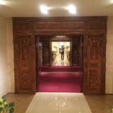 扉と天井に木彫りの模様