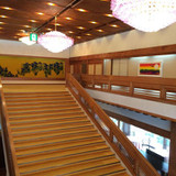 照明玄関前の檜の階段とシャンデリア