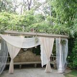 レースのカーテンで飾られたお庭