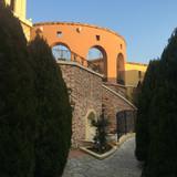 教会の広場を下から写真撮りました。