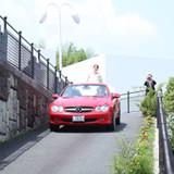 車での登場!