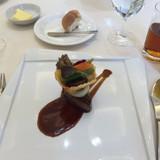 牛肉のステーキ。上にポテチの器と野菜