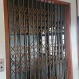 手動扉のエレベーター