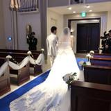 青色の絨毯がドレス映えします。