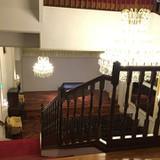 階段上からみたホール。舞台があります。