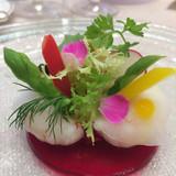 華やかに盛り飾られたサラダ