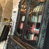 回廊脇の本棚