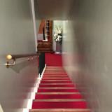 地下にあるチャペルへ続く階段