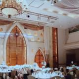 天井が高く温かみのある照明と素敵な絨毯