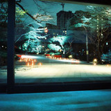 エールの会場から見える夜の庭園