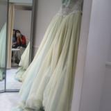 淡い緑色でシンプルですが上品なドレスです