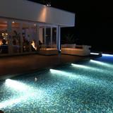 夜のプールも素敵な雰囲気です。