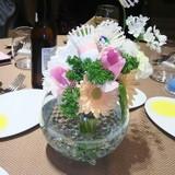 各テーブルのお花にバドミントンアイテムを