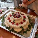 結婚式のテーマ「桜」を飾ったケーキ