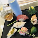 お寿司や食前酒のプレート