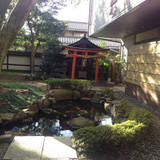 蔵舞台横の鳥居と池