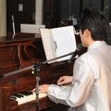新郎のピアノ弾き語りで新婦入場