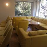 控え室は黄色の椅子で統一してあります。