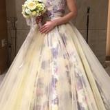 紫の花柄の入った黄色ドレス