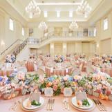 パーティ会場【VILLA MONACO】は吹き抜けの高い天井と豪華なシャンデリアがラグジュアリーな雰囲気。